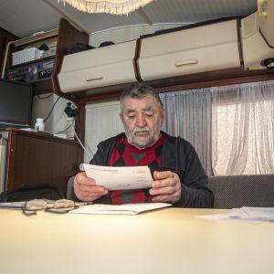 Jorma Tikka asuntovaunussaan.
