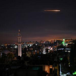 Vy över Damaskus där luftförsvaret reagerar på utländska missiler.