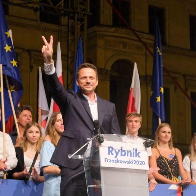 Rafal Trzaskowski visar ett segertecken vid kampanjavslutning i Rybnik fredagen den 10 juli.