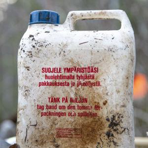 Likainen muovikanisteri.