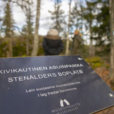 Museoviraston kyltti Järvensuon kivikautisella asuinpaikalla.