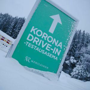 Koronavirustestin autokaistalle opastava kyltti talvella Kuopiossa.