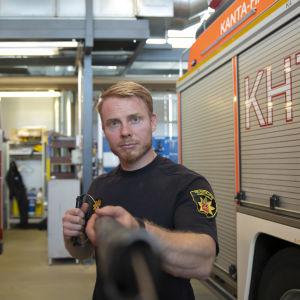 Palomies Jussi Kivelä esittelee sikajarrua.