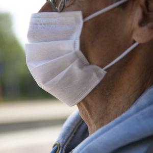 En man som har ett ansiktsskydd på sig.