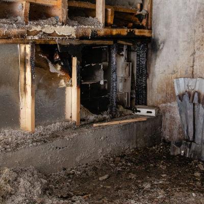 Lappeenrannan kisapuiston jäähallin tulipalon jälkiä.