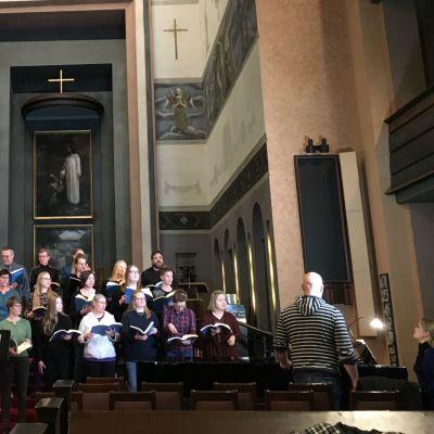 Jyväskylän seurakunnan Kamarikuoro Valo harjoittelee Messias oratoriota Taulumäen kirkossa.