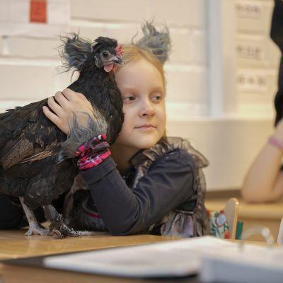 Oppilas halaa koulukanaa Seminaarin koulussa Hämeenlinnassa.