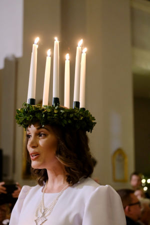 Lucia går i altargången.