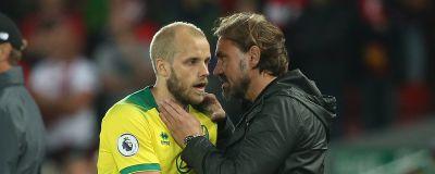 Teemu Pukki klappas om av Norwichs tränare Daniel Farke.