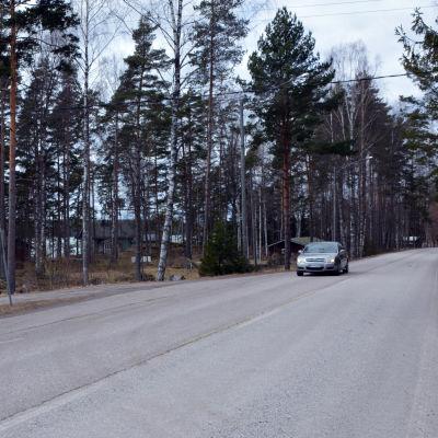 Bil kör längs Vålaxvägen i Borgå
