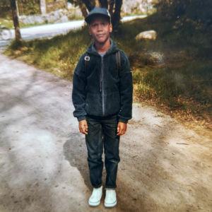 Jucci Hellström som skolpojke utomhus.