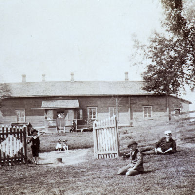 Lapsia talon edustalla 1800-luvulla.