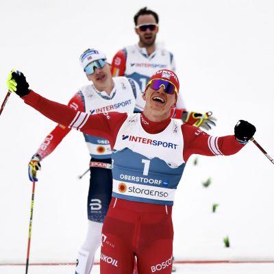 Aleksandr Bolsjunov jublar som etta över mållinjen.