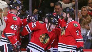 Ishockeyspelare klappar om varandra.
