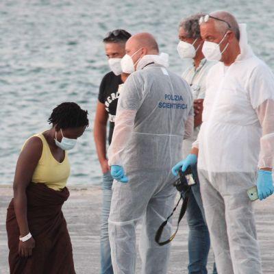 Räddade migranter frånfartuget Louise Michel anländer till den italienska ön Lampedusa 29.8.2020