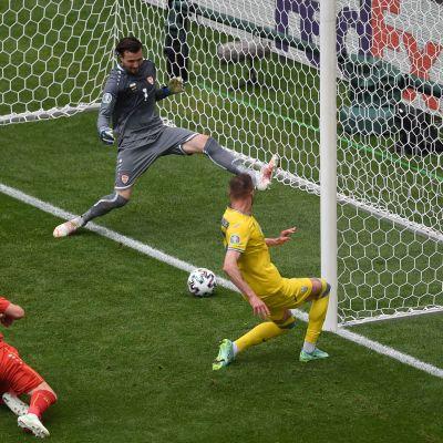 Roman Yaremtjuk trycker in bollen från bakstolpen.