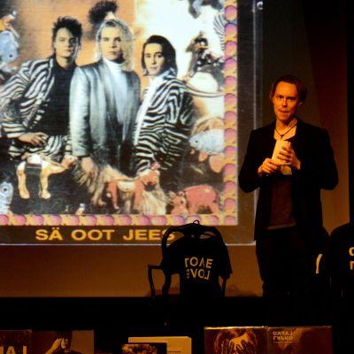 Lapko-yhtyeen laulaja-kitaristi Ville Malja vetämässä työpajaa MARS-tapahtumassa.
