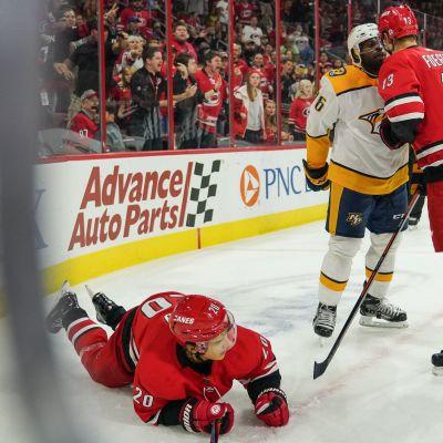 Sebastian Aho jään pinnassa saatuaan Nashville-puolustaja P.K. Subbanin nyrkistä NHL:n harjoitusottelussa. Carolinan laituri Warren Foegele selvittämässä tilannetta Subbanin kanssa.