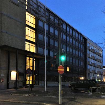 Oulun vuona 1976 valmistunut diakoniaopiston talo Albertinkadun ja Uudenkadun kulmassa talviaamuna 2020.