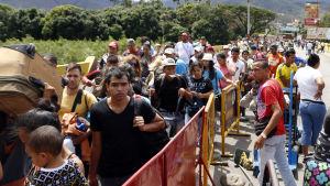 Venezolaner flyr till Colombia undan våld och fattigdom.