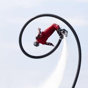 Flyboarding-esitys Uiva Venemessuilla Lauttasaaressa, Helsingissä.