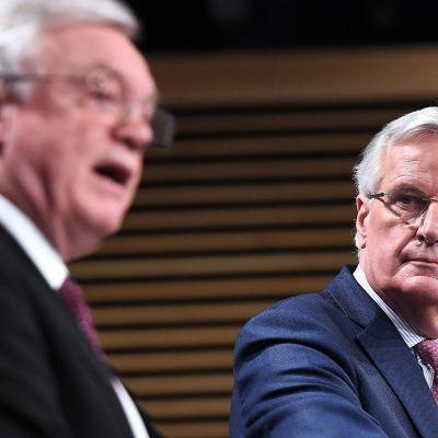 Den brittiske brexitministern David Davis (till vänster) och EU:s chefsförhandlare Michel Barnier (till höger) höll en gemensam presskonferens i Bryssel på måndagen.