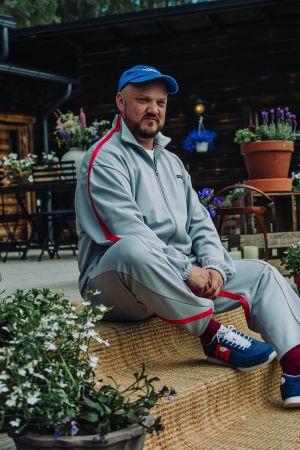 Rap-artisti pyhimys istuu Vain elämää -ohjelman kuvauksissa