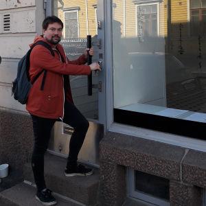 Veikko Halmetoja avaa galleriansa oven