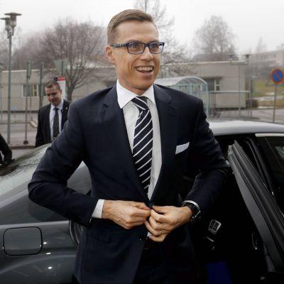 Statsminister Alexander Stubb på väg till inspelningen av Yles Morgonettan 7.3.2015.