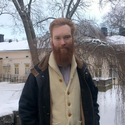forskaren Jakob Löfgren står utomhus i vinterlandskap.