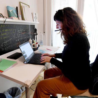 Virkailijana työskentelevä Elisabetta työskenteli kotoaan koronapandemian takia Milanossa Italiassa 29. lokakuuta 2020.