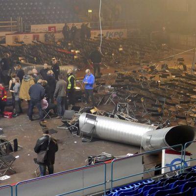 Ett ventilationsrör har fallit ner i ishallen i Vasa.