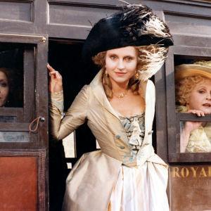 Kuningatar Marie Antoinette katsoo vaunuista elokuvassa Hyvää yötä, majesteetti