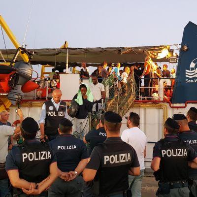 Migranter ombord på Sea-watch 3 kliver av båten i Lampedusa.
