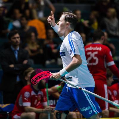 Mika Kohonen firar mål.