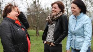 Heddy Norrgård skrattar med sina döttrar