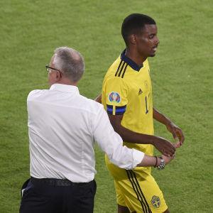 Alexander Isak blir utbytt i matchen mot Spanien.