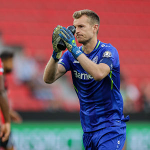Lukas Hradecky kiittää yleisöä pelin jälkeen.