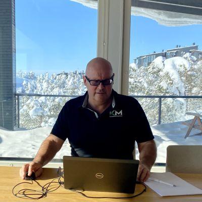 Kiinteistömaailma Oy:n toimitusjohtaja Risto Kyhälä tekee osin etätöitä Rukalla.