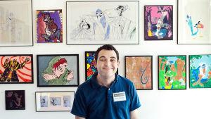 Autistinen Owen Suskind poseeraa animaatiohahmojen edessä. Kuva dokumenttielokuvasta Animoitu elämä.