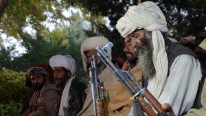 Separatister från Baluchistans befrielsearmé som gav upp och benådades år 2015 lämnar över sina vapen i provinshuvudstaden Quetta