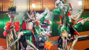 Irlannin euroviisuedustaja Dustin the Turkey värikkäine taustatanssijoineen.