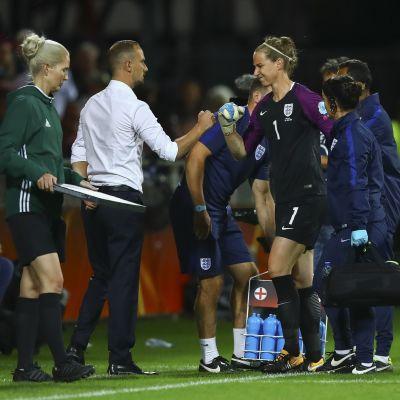 Karen Bardsley lämnar planen efter skadan i kvartsfinalen.