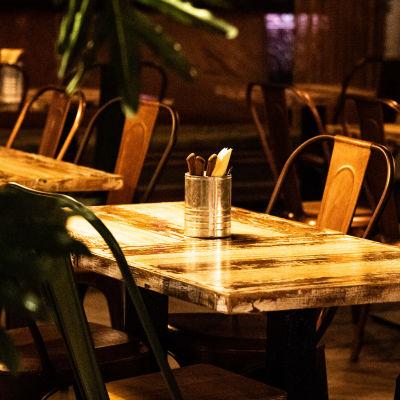 Tyhjä ravintolan pöytä.