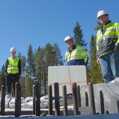 Frans Liski, Harri Rantakivi och Anssi Koski står på grunden till ett av de vindkraftverk som snart ska resas i Ömossa.