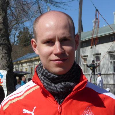 Anders Lindahl står i Rådhusparken i Kristinestad.