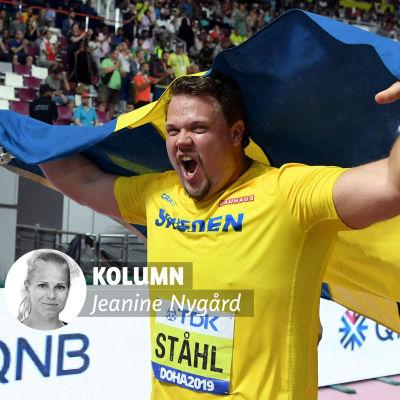 Daniel Ståhl firar med Sveriges flagga i händerna.
