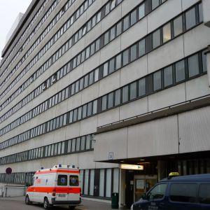En ambulans utanför ingången till U-sjukhuset vid ÅUCS.