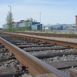Järnvägsspår som leder till Kaskö hamn.