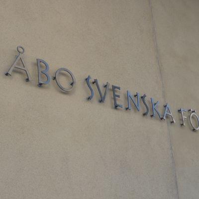 Skylt med texten Åbo svenska församling.